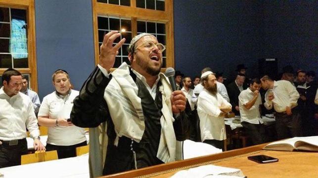ליפא שר בבית הכנסת