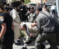 המאבק בין המפגינים לשוטרים, על פסי הרכבת הקלה - הפגנות סוערות נגד ניתוח גופת הפעוט. צפו