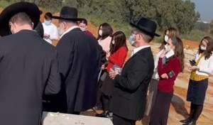 הבעל, על קבר רעייתו: 'כמה היא דאגה'. צפו