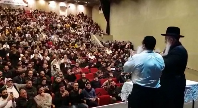 כשהרב גרוסמן והרב יגאל כהן שרו עם הקהל
