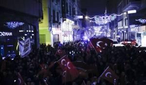 מפגינים טורקים מול השגרירות ההולנדית - טורקיה סגרה את שגרירות הולנד באנקרה