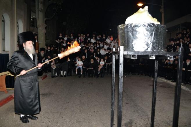 הרבי ממודז'יץ בהדלקת המדורה • תיעוד