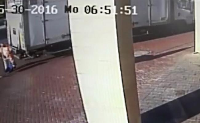 רגע התאונה - כך המשאית דרסה למוות את מנקה הרחובות • צפו