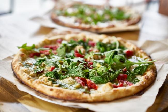 פיצה עם רוטב פסטו, עגבניות ומוצרלה