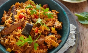 תבשיל אורז וירקות עם נתחים צמחוניים בסגנון בקר
