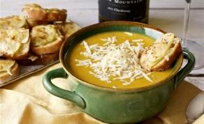 מרק דלורית ותפוחי עץ עם קרוסטיני נוטפי גבינה - והרי התחזית: אתם תכינו את המרק הזה שוב ושוב
