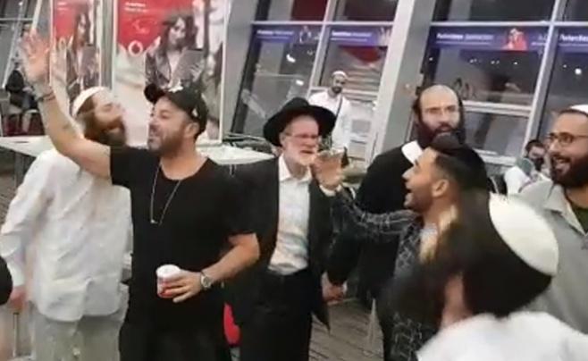 בחזור מרבינו: ליאור נרקיס בריקוד בשדה התעופה