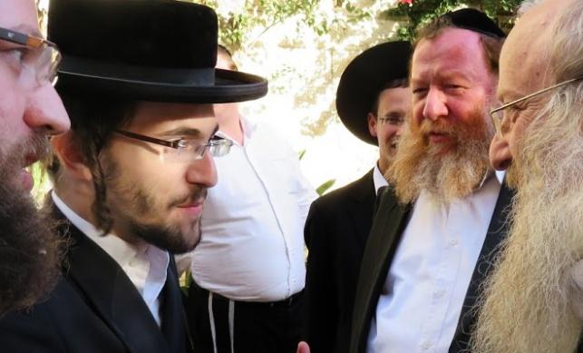 בחור הישיבה אברהם שטרן, משמאל