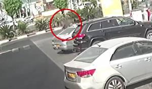 גנב טלפון נייד מתוך רכב בתחנת דלק • צפו