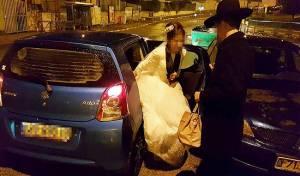 החתן והכלה יוצאים מהרכב