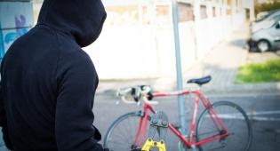 גנב אופניים חשמלים ופגע באדם במנוסתו