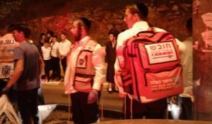 זירת התאונה הערב, בשדרות גולדה מאיר פינת שפע חיים בירושלים - בחג: פעוט מת בשנתו, בן שנתיים טבע וניצל