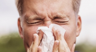 האף גדוש ומנוזל? אילוסטרציה - למה האף גדוש ומנוזל ובחוץ יש בכלל שמש?