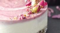 עוגת גלידה וריבת דובדבנים בגרסה בריאה - העוגה היפהפייה הזו מכילה מרכיב הזוי - ויש מתכון