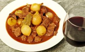 סטיפאדו - תבשיל בשר ובצל יווני - הגרסה היוונית לצ'ולנט: סטיפאדו בשר ובצל