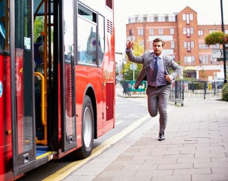 לקחת 17 אוטובוסים כדי להגיע לעבודה. אילוסטרציה - העובד שובץ בסניף מרוחק למרות קשיי תחבורה