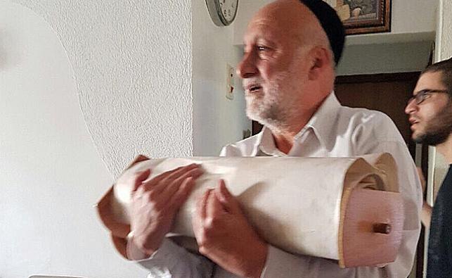 ספר התורה מוחזר לבית הכנסת