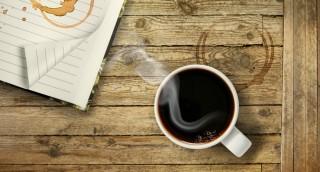 כוס קפה יצרה על השולחן כתם? הנה דרך טבעית להסירו
