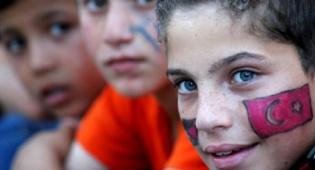 דגל טורקיה על פניו של ילד (צילום: פלאש 90)