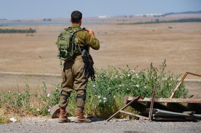 חייל משקיף על הגולן