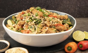 אטריות אורז וירקות מוקפצים ברוטב חמאת בוטנים וסויה