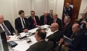 טראמפ ומקורביו בעת התקיפה בסוריה. באנון - מאחור - פגישת פיוס בין החתן היהודי ליועץ סטיב בנון