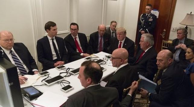 טראמפ ומקורביו בעת התקיפה בסוריה. באנון - מאחור