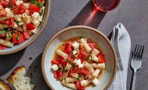 פסטה קיצית פסטה ברוטב שום, בזיליקום, עגבניות ומוצרלה