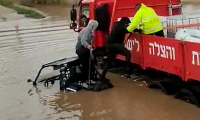 רכב השטח שקע במי הנחל - שהוצף בשניות