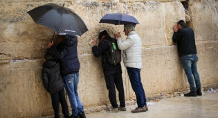 """בוקר חורפי ברחבת הכותל - חלוקת ירושלים - ברוב של 80 ח""""כים לפחות"""