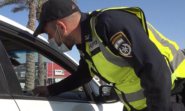 כשהשוטרים חילקו ארטיקים לנהגים • תיעוד