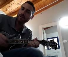 המוזיקאי איבד את ביתו, עכשיו הוא מתלוצץ