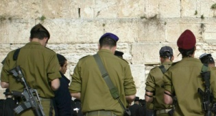 חיילים בכותל (צילום: פלאש 90)