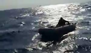 שוטרים חילצו גבר שנסחף על סירה בלב ים