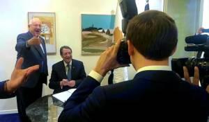 כשהנשיא הצרפתי הפך לצלם עיתונות  • צפו