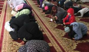 לא בפעם הראשונה. ילדים יהודיים מקיסריה שנלקחו למסגד המקומי של ג'סר א-זרקה לפני כחודשיים. - לא רק למסגד: הילדים ביקרו בחג השבועות בכנסייה