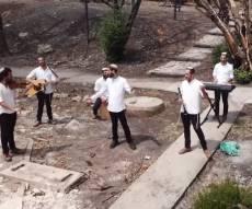 שירו של קרליבך מבוצע על חורבות 'המושב'