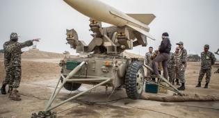 קצינים איראנים בסמוך לטיל בליסטי. ארכיון - איראן ביצעה ניסוי נוסף בטילים נגד מטוסים
