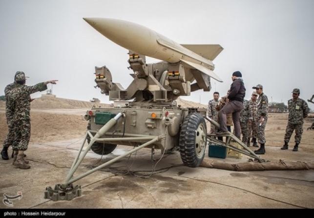 קצינים איראנים בסמוך לטיל בליסטי. ארכיון