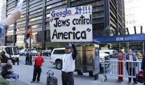 """מפגין אמריקאי: """"היהודים שולטים באמריקה"""" - משרד התפוצות: האנטישמיות הולכת וגדלה"""