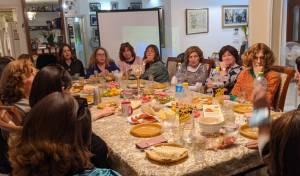 """נשים חרדיות במפגש 'זיכרון בסלון' בכפר חב""""ד"""