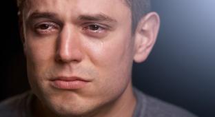 דמעות שקופות: מדוע גברים בוכים פחות מנשים?