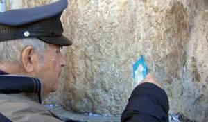 בנימין מנקה את אבני הכותל המערבי (צילום: שיחת השבוע)