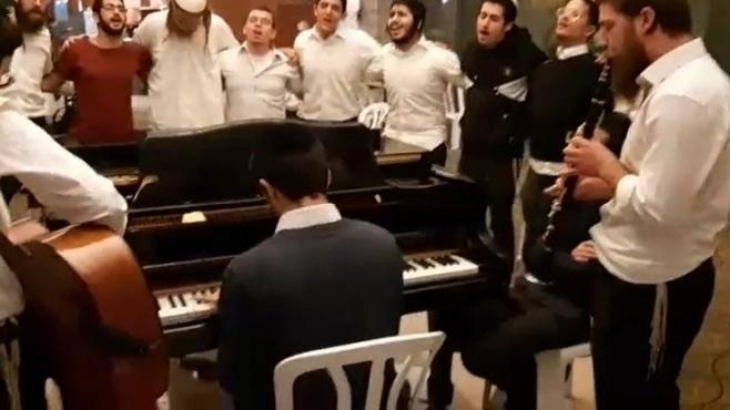 הבחורים ליד הפסנתר