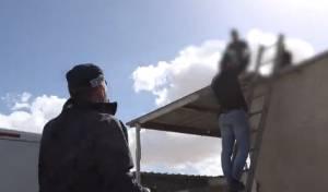 על גג מבנה: כך נעצר החשוד בחילול מצבות