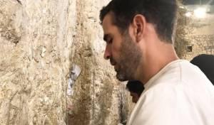 לאחר החתונה: השחקן התפלל בכותל. צפו