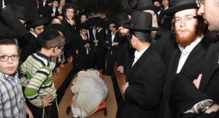 תיעוד: רב העיר ביתר עילית נקבר בבני ברק