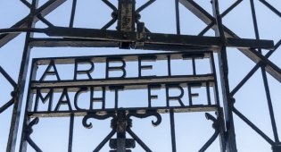 שער המחנה בדכאו - שלט הכניסה של מחנה דכאו שנגנב - הוחזר