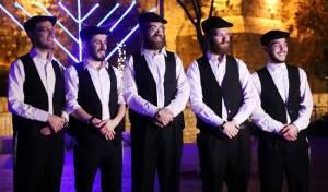 """בכורה בכיכר: """"הנרות הללו"""" של בעלי המנגנים"""