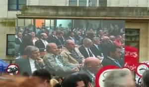המונים צופים בהרשעת הקצינים האכזריים, מחוץ לבית המשפט